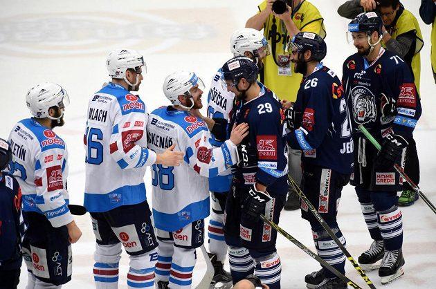 Hráči Chomutova (vlevo) a Liberce se loučí po skončení semifinále play off extraligy. Pro hokejové Piráty sezóna skončila, Tygry z Liberce čeká bitva o titul.