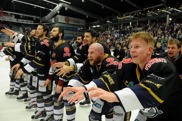 Chomutovští hokejisté slaví s fanoušky postup do extraligy.