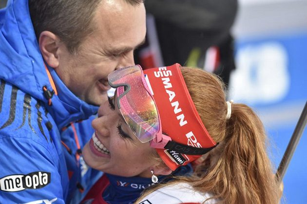 Gabriela Koukalová v cíli s předsedou biatlonového svazu Jiřím Hamzou.