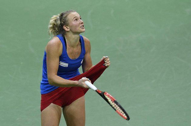Kateřina Siniaková dule fedcupového finále se Sofií Keninovou hodně prožívala.