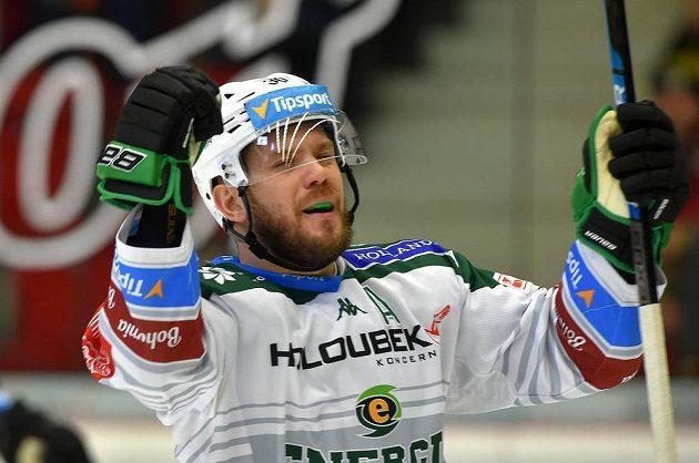 Tomáš Rachůnek z Karlových Varů se raduje z gólu.