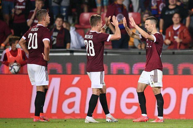 Sparťanská euforie po druhém gólu v síti Rapidu Vídeň v utkání 2. předkola Ligy mistrů. Slaví Hložek, Wiesner a autor branky Pešek.