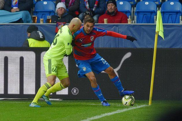 Aleš Čermák z Plzně si hlídá míč před dotírajícím Markem Janečkou z Karviné.