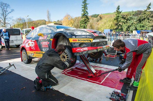 Ford Fiesta WRC Martina Prokopa v péči mechaniků.
