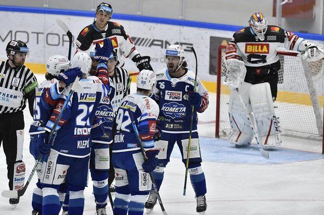Martin Zaťovič z Brna (uprostřed) se raduje z gólu.