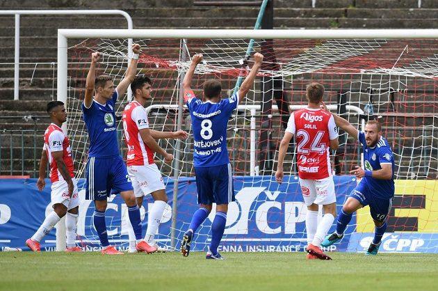 Fotbalisté Mladé Boleslavi se radují po gólu Jířího Skaláka ve vršovickém Ďolíčku, kde byly jejich soupeřem Pardubice.