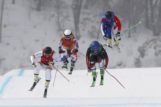 Česká skikrosařka Nikol Kučerová (druhá zleva) se statečně prala se silnými soupeřkami ve čtvrtfinále olympijského závodu. Nakonec ale skončila poslední.