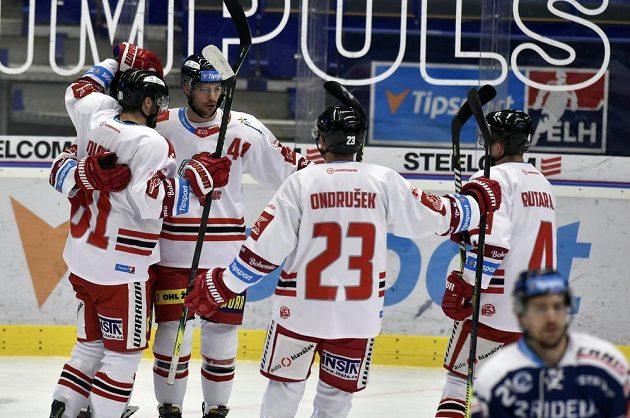 Hokejisté Olomouce se radují z prvního gólu.