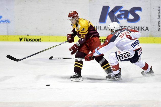 Jihlavský hokejista Michal Důras se snaží uniknout Michalu Bártovi z Pardubic.