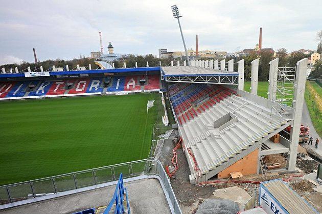 Plzeňský fotbalový stadión se postupně rozrůstá.