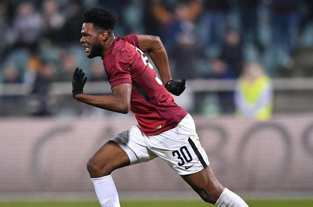 Sparťanský útočník Benjamin Tetteh se raduje poté, co vstřelil na Julisce třetí gól.