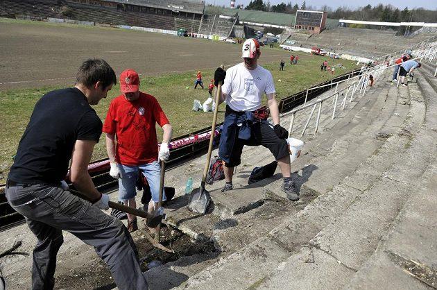 Fanoušci pracují na úpravě brněnského stadiónu za Lužánkami.