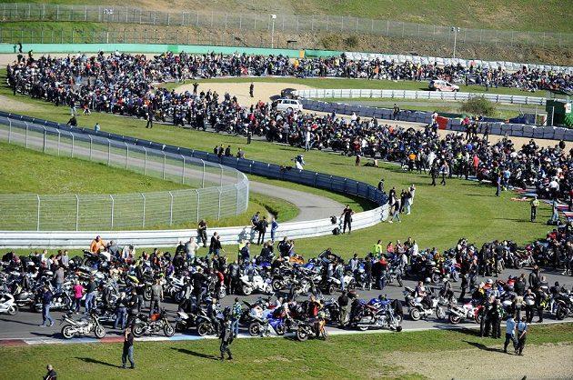 Letos se do Brna sjelo celkem 3795 motorkářů, kteří uctili památku zesnulého italského závodníka Marca Simoncelliho.