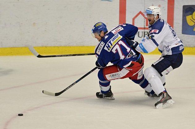 Brněnský obránce Tomáš Malec (vlevo) a plzeňský útočník Miroslav Preisinger v zápase 20. kola hokejové Tipsport extraligy.