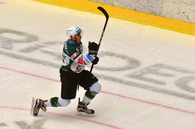 Karlovarský střelec Ondřej Beránek se raduje ze svého druhého gólu v utkání proti Jihlavě.