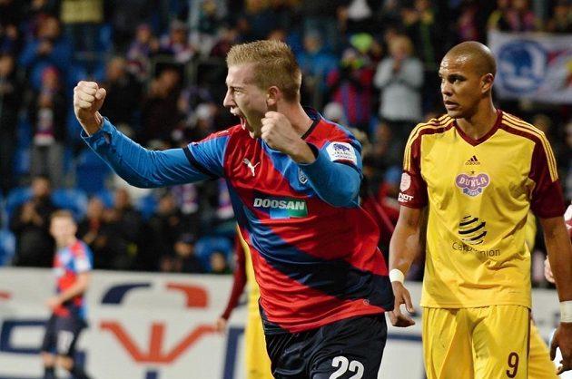 Plzeňský stoper Jan Baránek (vlevo) vstřelil proti Dukle druhý gól Viktorie. v pozadí útočník Jean-David Beauguel.