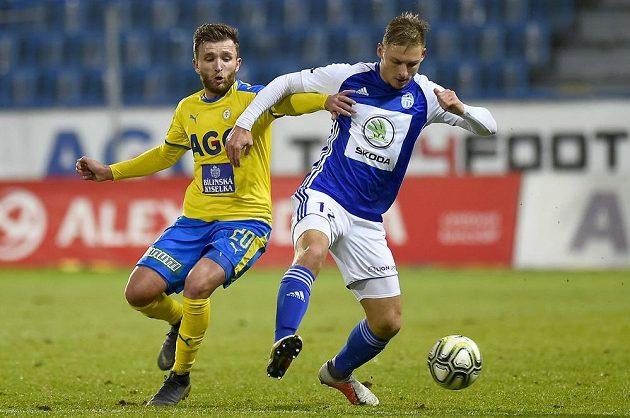Teplický Daniel Trubač se snaží prodrat k míči přes Michala Hubínka z Mladé Boleslavi v utkání nejvyšší soutěže.