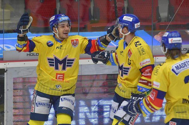 Hráči Budějovic se radují z úvodního gólu.