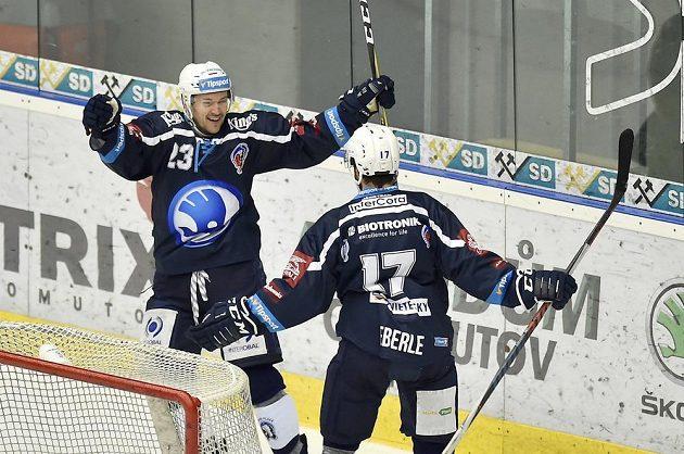 Plzeňští hokejisté Petr Straka (vlevo) a Jan Eberle se radují z gólu.
