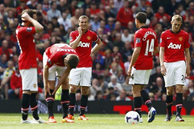 Kapitán Manchesteru United Nemanja Vidič (uprostřed) prožívá se svými spoluhráči zklamání po porážce se Sunderlandem.