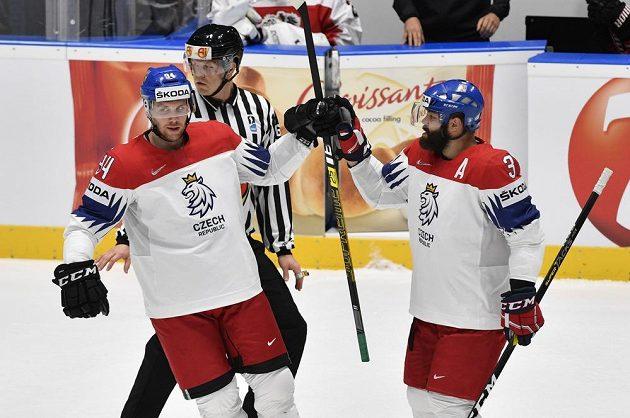 Je tam. Radek Faksa (vlevo) a Radko Gudas se radují z gólu v utkání s Rakouskem.