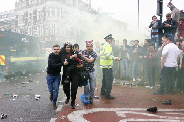 Nepokoje před zápasem West Hamu s Manchesterem United.