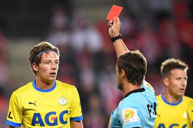 Červená karta v rukách rozhodčího, teplický David Heidenreich v Edenu nedohrál.
