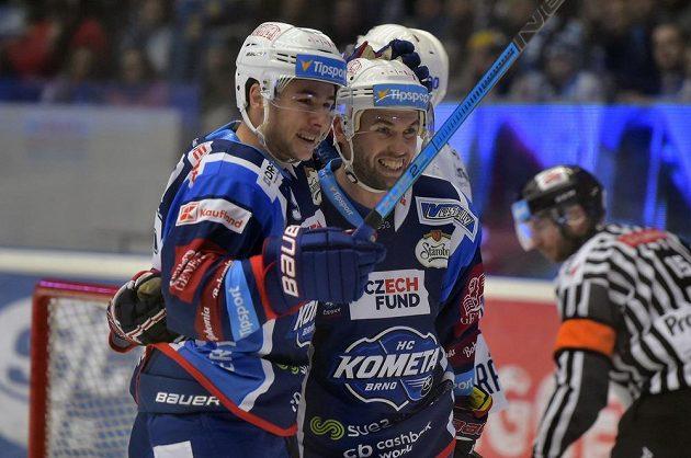 Hokejisté Brna Silvester Kusko (vlevo) a Vladimír Svačina se radují z gólu.