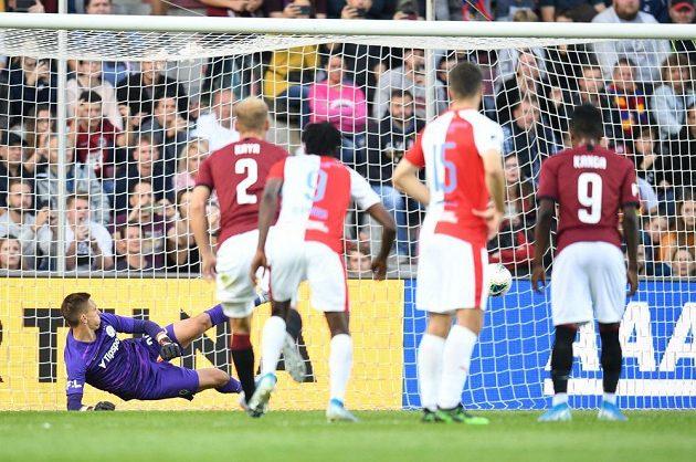 Brankář Sparty Milan Heča inkasuje od slávisty Součka (mimo záběr) gól z penalty.