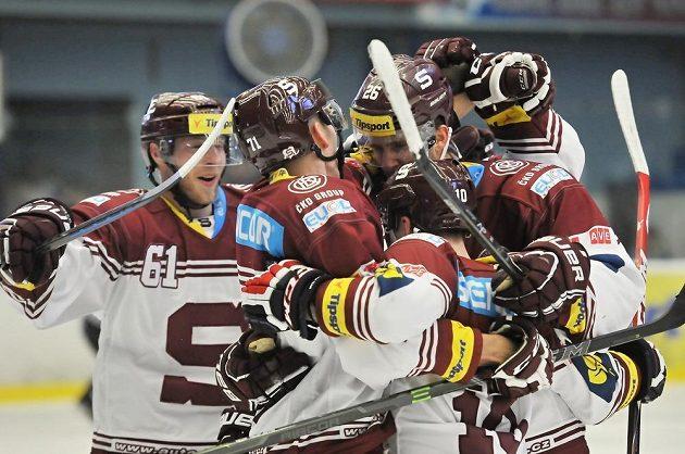 Hokejisté Sparty se radují z gólu na ledě Plzně v utkání 40. kola Tipsport extraligy.
