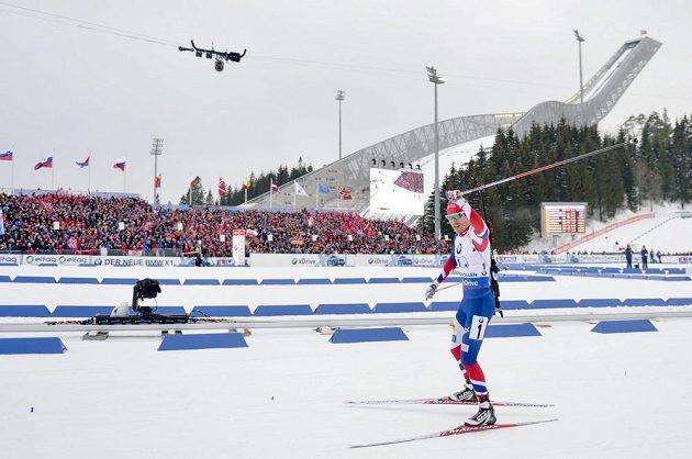 Emil Hegle Svendsen dováží norskou štafetu na prvním místě při MS v oslu.