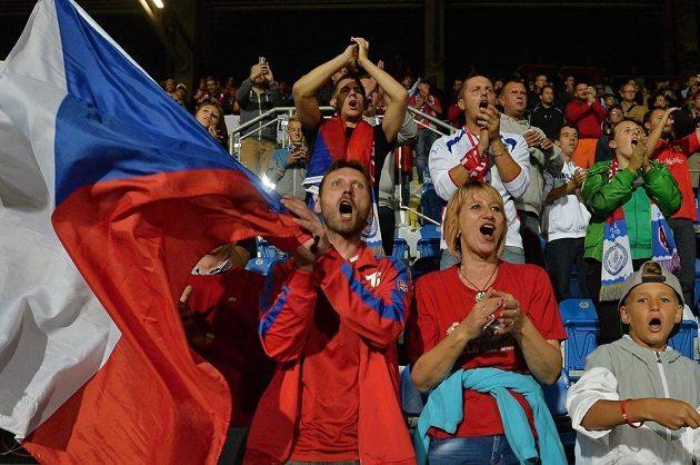 Fanoušci české reprezentace se radují z vítězství.