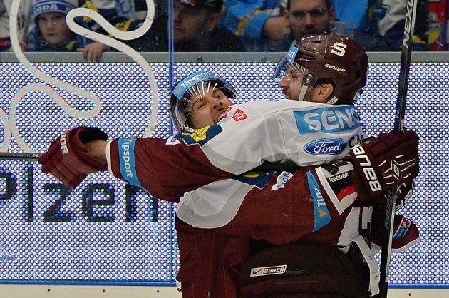 Hokejisté Sparty se radují z gólu na ledě Plzně v šestém semifinálovém duelu play off extraligy.