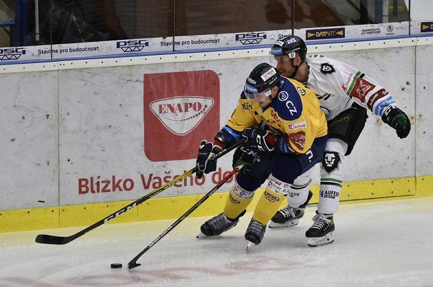Zleva David Nosek ze Zlína a Jakub Strnad z Mladé Boleslavi během utkání hokejové extraligy.