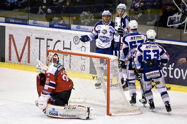 Hokejisté Komety Brno se radují z první branky na ledě Pardubic ve 34. kole ELH.