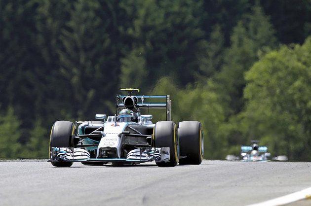Nico Rosberg v čele VC Rakouska pronásledovaný stájovým kolegou z Mercedesu Lewisem Hamiltonem.