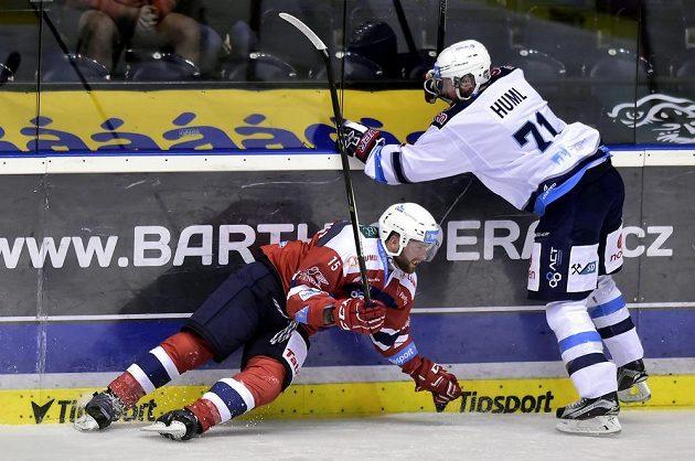 Marek Trončinský z Pardubic padá na led v utkání 3. kola ELH po souboji s Ivanem Humlem z Chomutova.