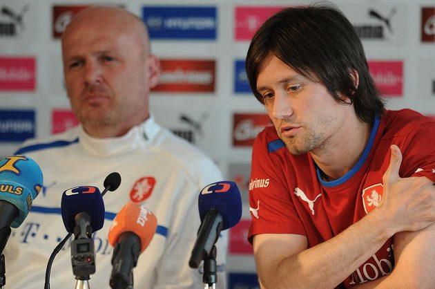 Kapitán české fotbalové reprezentace Tomáš Rosický (vpravo) a trenér Michal Bílek během předzápasové tiskové konference před utkání kvalifikace MS 2014 s Italií.