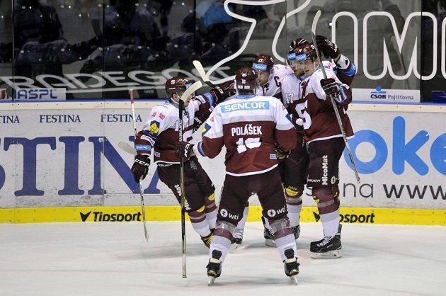 Hokejisté Sparty se radují z gólu proti Pardubicím.