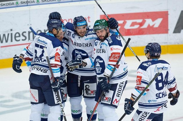 Radost vítkovických hokejistů. Raduje se střelec gólu Dominik Lakatoš.