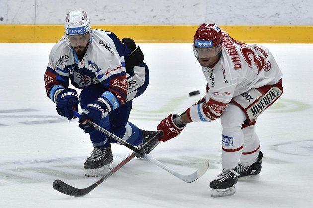 V souboji o puk (zleva) Jakub Valský z Brna a Vladimír Dravecký z Třince.