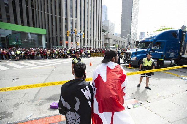 Fanoušci Toronto Raptors přišli do ulic s týmem oslavit jejich triumf v NBA. Veselici ale narušila střelba.