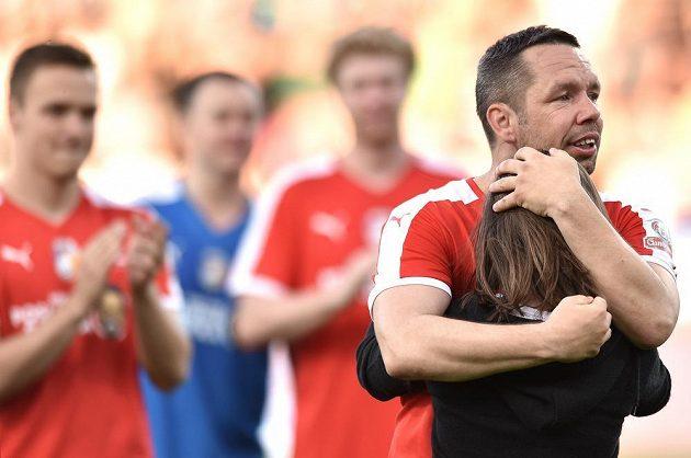 Pavel Horváth se objímá s dcerou během benefičního utkání v Doosan Areně.