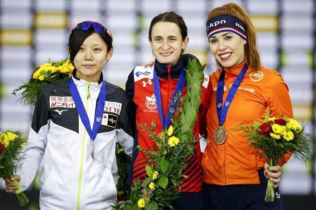 Trio nejlepších z MS ve víceboji: zlatá Martina Sáblíková uprostřed , vlevo druhá Japonka Miho Takagiová, vpravo Nizozemka Antoinette de Jongová.