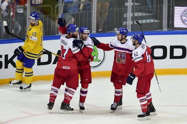 Michal Birner (uprostřed) se raduje z třetího gólu proti Švédsku se spoluhráči Michalem Jordánem (druhý zleva), Michalem Řepíkem (vpravo) a Jakubem Jeřábkem. Vlevo je švédský reprezentant Mattias Ritola.