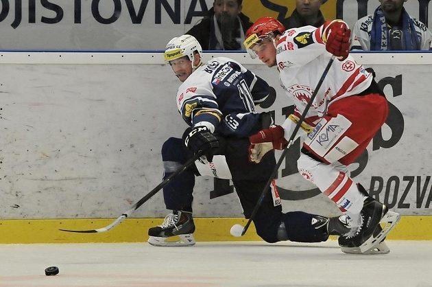 Jozef Balej (vlevo) z Plzně bojuje o kotouč s Milanem Douderou z Třince.