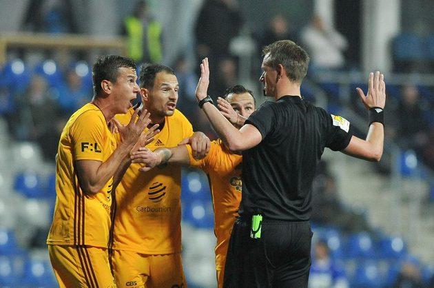 Hráči Dukly protestují u rozhodčího Ondřeje Berky proti nařízené penaltě. Sudí ji posléze skutečně odvolal.