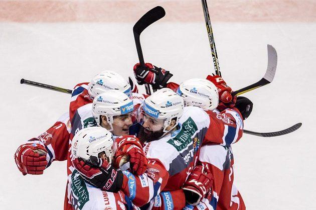 Hráči Pardubic se radují z gólu v utkání s Vítkovicemi.