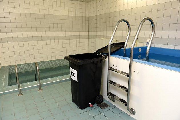 Regenerační bazény v kabině české hokejové reprezentace.