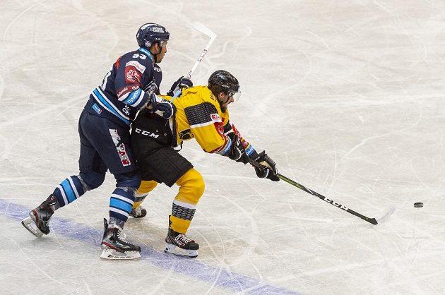 Jaroslav Vlach z Liberce a Josef Jícha z Litvínova v akci během utkání hokejového Poháru Generali České pojišťovny.
